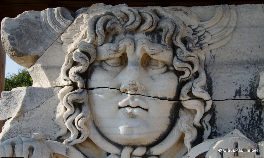 Didim Didyma Antik kenti Apollo Tapınağı içinde Medusa
